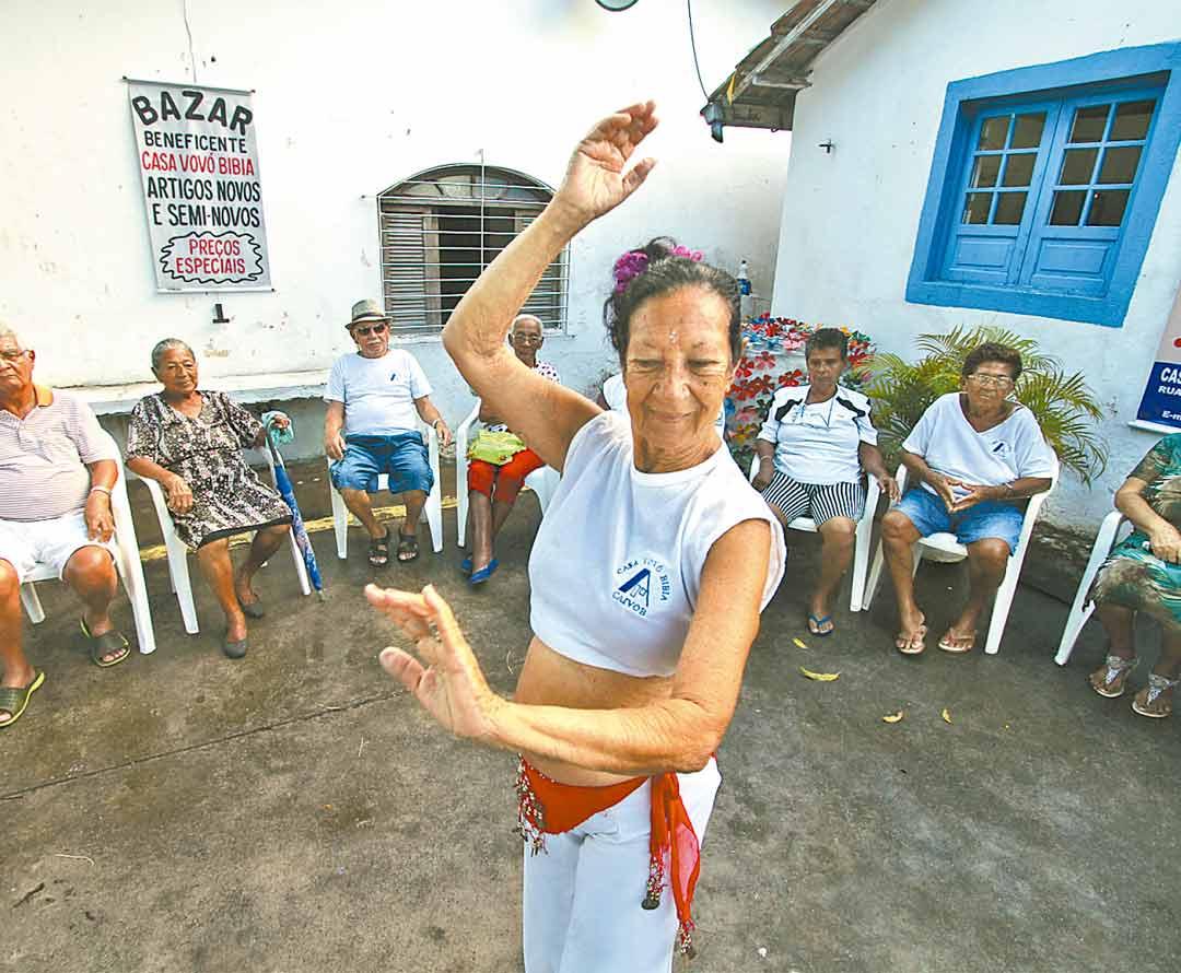 Jaciara Shiranush pratica caratê e ensina dança do ventre como voluntária - Foto: Peu Ricardo/DP