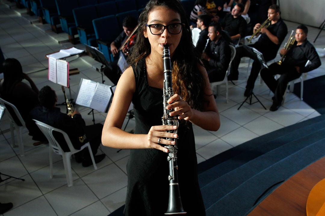 Vitória, 15 anos, mora na Comunidade do Chié. Embarca, no ano que vem, para o Chile, onde vai passar seis meses depois de ser aprovada no Programa Ganhe o Mundo Musical. - Foto: Ricardo Fernandes/DP