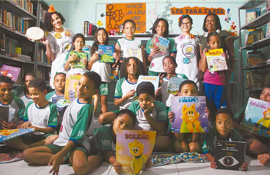 Meninos e meninas do Alto José do Pinho podem acreditar em múltiplas possibilidades para as próprias vidas através da leitura. - Foto: Brenda Alcântara/DP