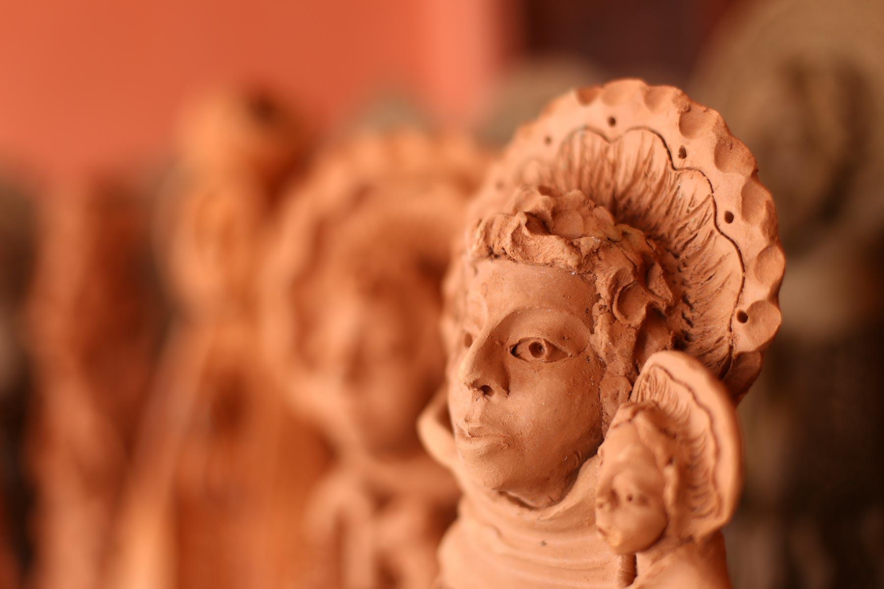 Segundo Mestre Zuza, o esplendor dos santos, localizado acima da cabeça, tem referências do cocar dos índios e dos maracatus da Zona da Mata