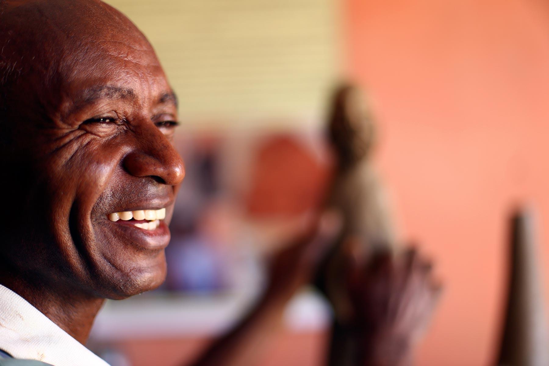 Mestre Zuza, de Tracunhaém, na Mata Norte de Pernambuco, tem 57 anos, trabalha com o barro desde os 14 e se especializou em esculpir santos