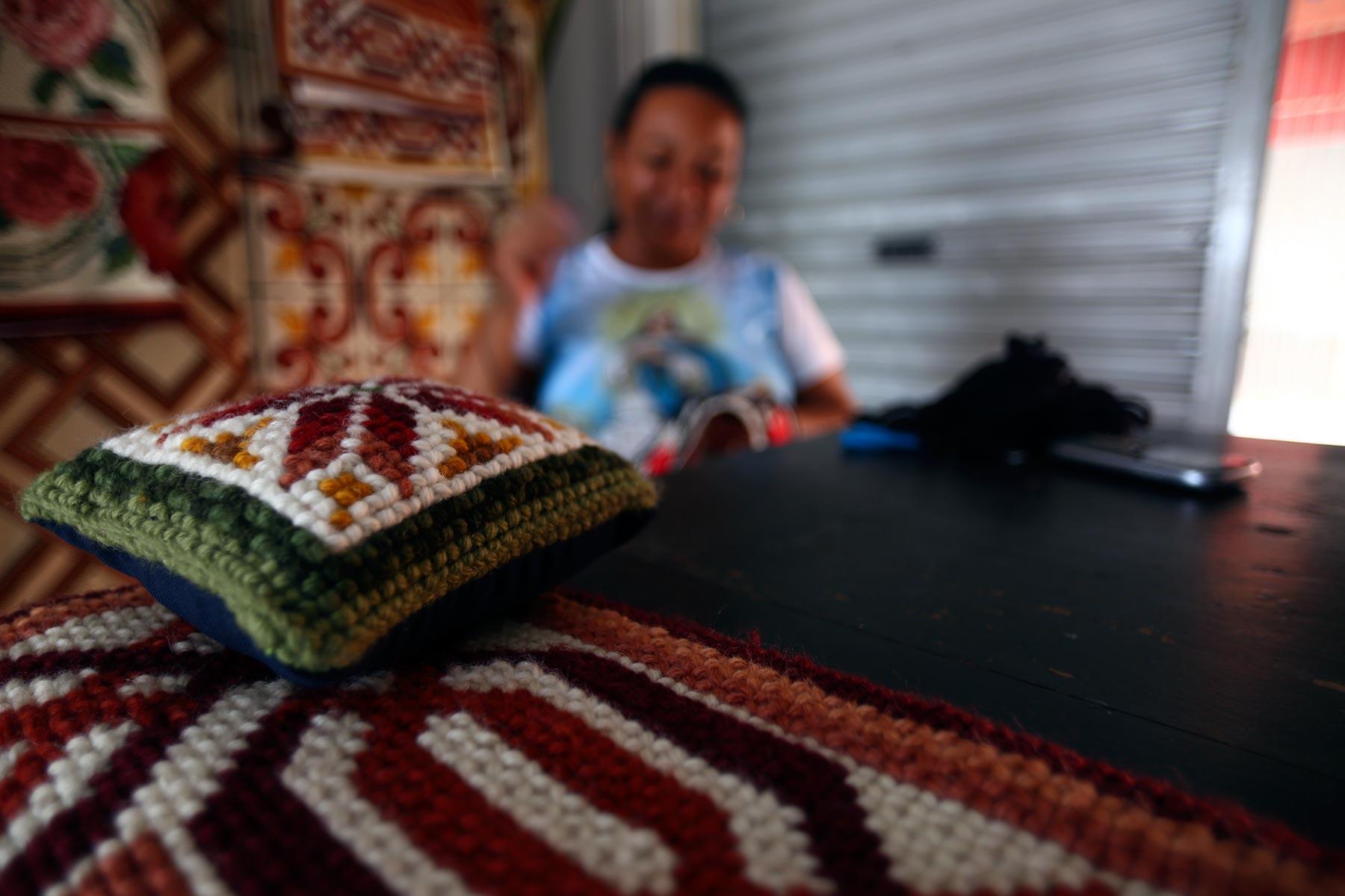 Almofadas e pesos de porta também são especialidades das tapeceiras de Lagoa do Carro, que trabalham com lã e tecido de algodão