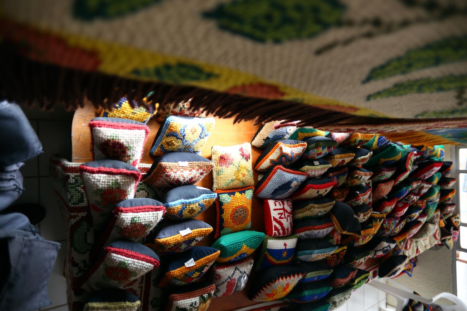 As tapeceiras de Lagoa do Carro trabalham com diferentes padronagens: florais, geométricas e até de times de futebol