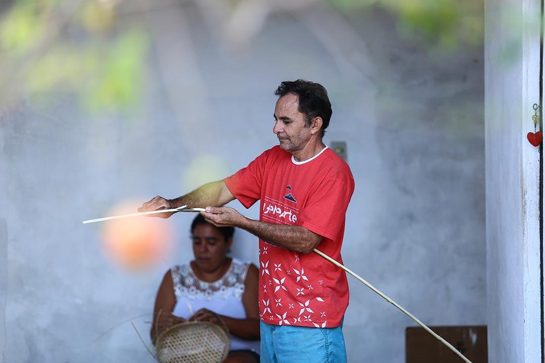 José Carlos corta a cana brava, enquanto a esposa, Marleide Ferreira, ajuda a trançar cestos