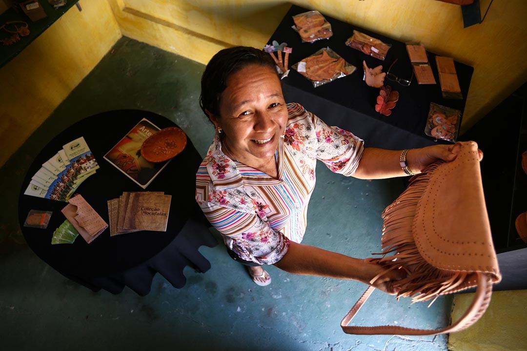 Peças de artesanato de Altinho são feitas com couro de bode, cortado e costurado dentro da própria Artesal