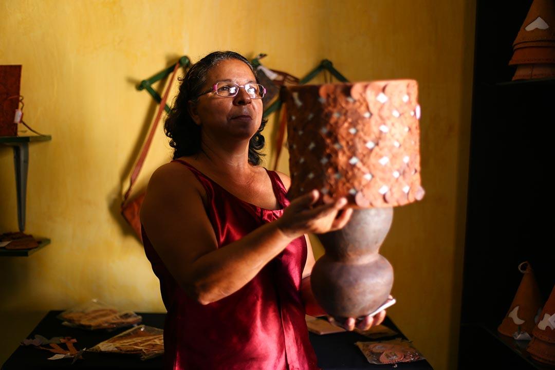 Artesã Estela Tavares exibe abajur em couro e argila
