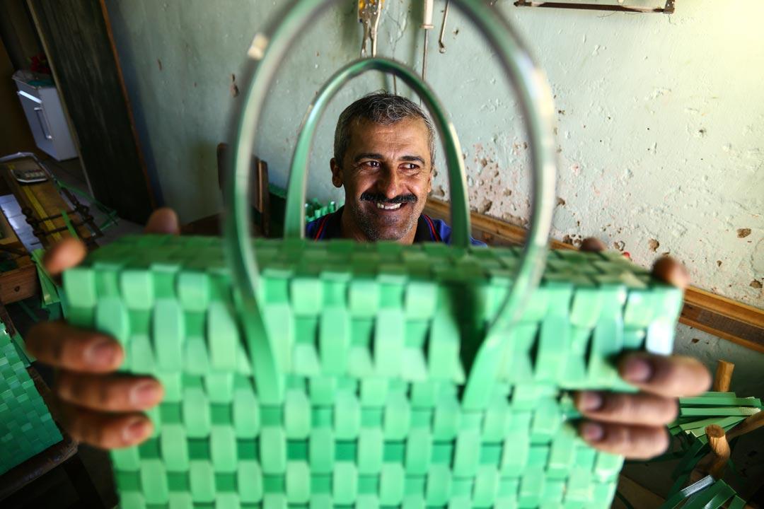 Zelão exibe bolsa feita com lacres; alça é feita com mangueiras de pequeno calibre - Foto: Peu Ricardo