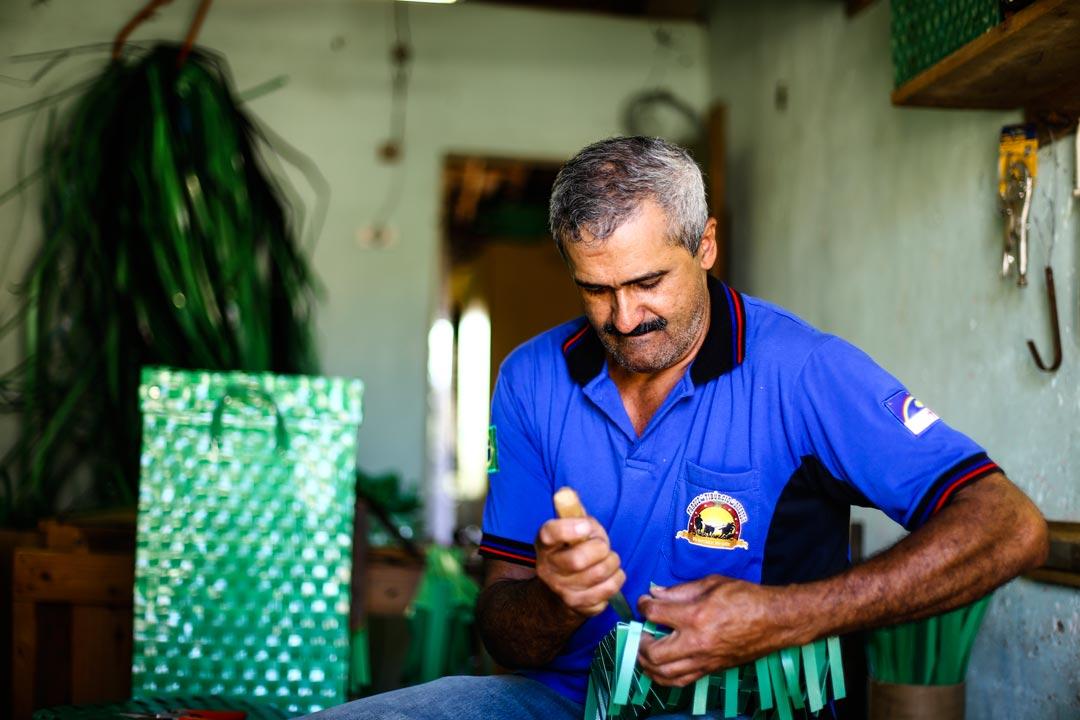 Trançado com lacres compõe grande parte do sustento da família de Zelão; artesão trabalha em cômodo anexo à sua casa - Foto: Peu Ricardo