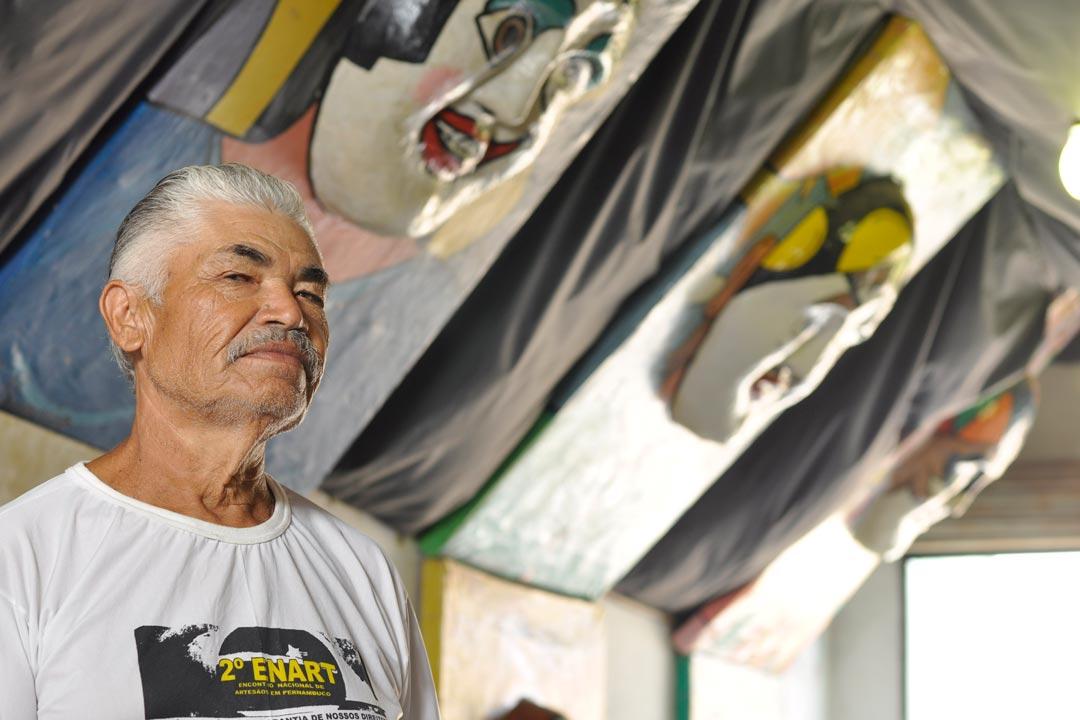 Lula Vassoureiro, de Bezerros, é conhecido por seus trabalhos com máscaras de papel machê, como as usadas pelos papangus  - Foto: Peu Ricardo