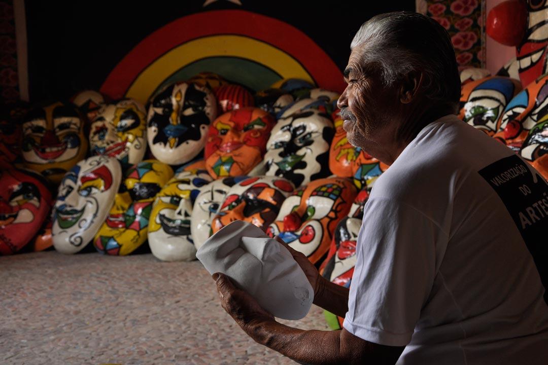 Lula Vassoureiro em sua casa, transformada em espaço cultural em que os visitantes podem acompanhar sua produção - Foto: Peu Ricardo