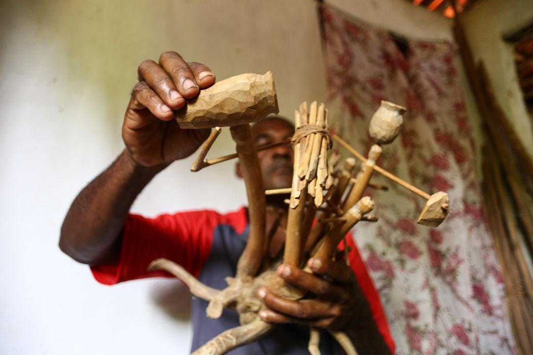 Figuras humanas estão entre as peças que Mestre Abias gosta de esculpir - Foto: Peu Ricardo