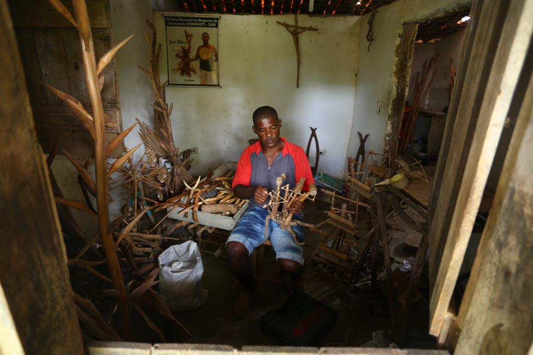 Mestre Abias em casa que se tornou depósito para suas peças, em Engenho Novo, Igarassu - Foto: Peu Ricardo