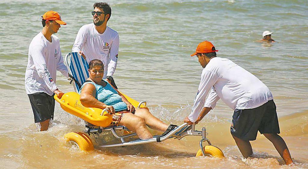 Praia Sem Barreiras atende pessoas com limitações físicas para banho de mar - Foto: Hesidio Goes/Secretária de Turismo - 28/03/15