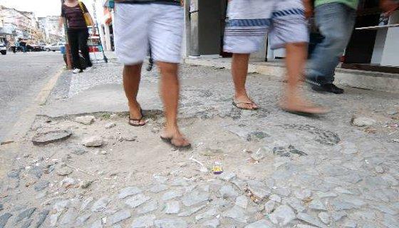Condições inadequadas das calçadas são obstáculo para locomoção dos pedestres Foto: Ricardo Fernandes DP/D.A.Press