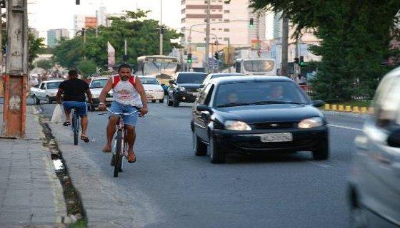 Muitos trabalhadores usam a bicicleta como meio de transporte - Foto - Cecília Sá Pereira DP/D.A.Press