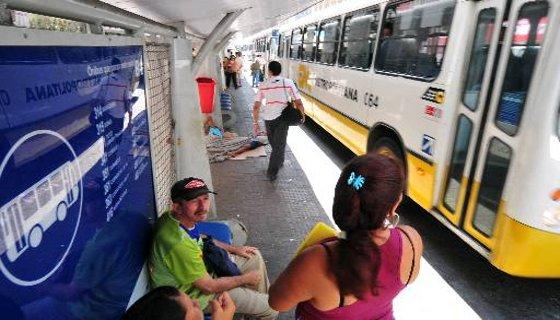 Passageiros aguardam ônibus no Centro do Recife, sem informações do trajeto dos ônibus
