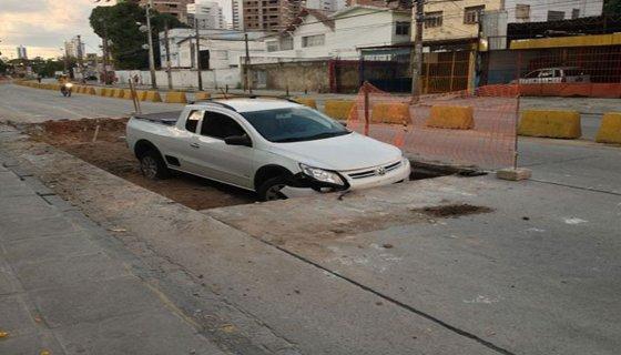 Carro buraco Recife Foto - reprodução internet