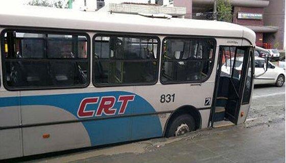 ônibus buraco Recife - Foto - Reprodução Twitter