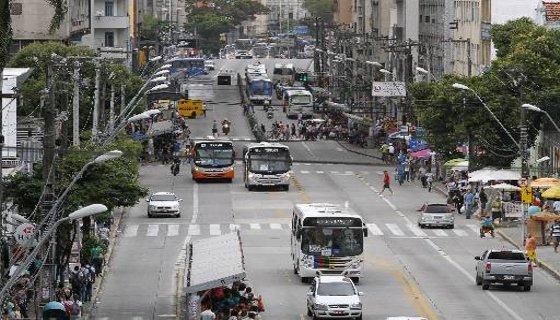 Avenida Conde da Boa Vista funciona como um terminal de integração com passagem