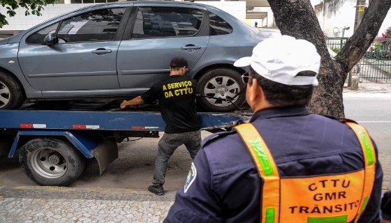 Carro guinchado pela CTTU - Foto Antônio Tenório/PCR