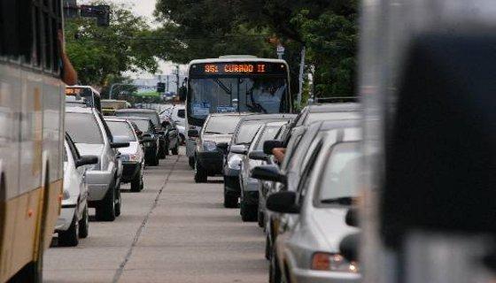 Trânsito engarrafado na Avenida  Agamenon Magalhães