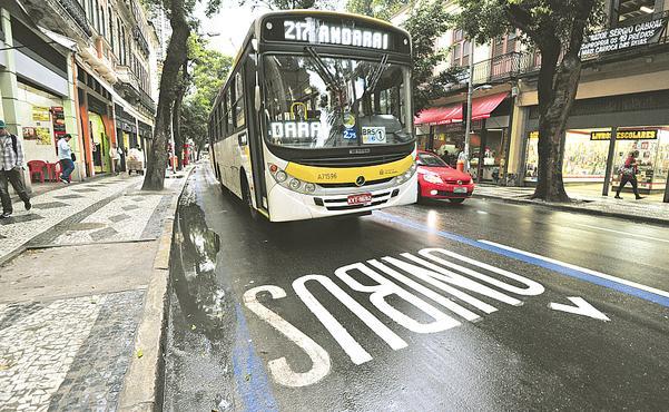 Rio de Janeiro implantou faixa exclusiva no lado direito da via. Mesmo modelo que o Recife adotará. Foto - Fábio Costa DP.D.A.Press