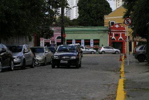 Rua dos Arcos só é permitido estacionar em um lado da rua. Foto - Blenda Souto Maior DP/D.A.Press