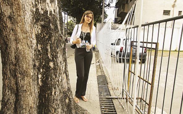 A estudante Beatriz Oliveira prefere caminhar longas distâncias a usar o ônibus - Foto - Alcione Ferreira DP/D.A.Press