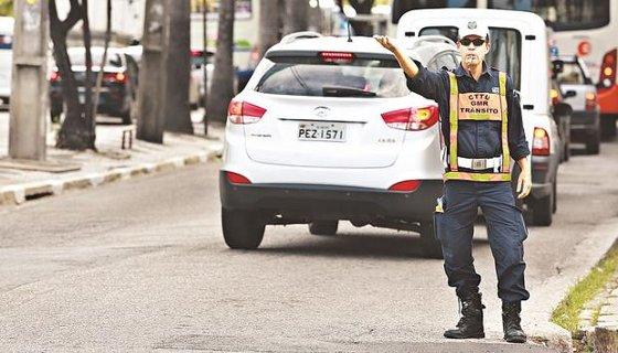 Agente de trânsito nas ruas do Recife - Foto - Teresa Maia DP/D.A.Press