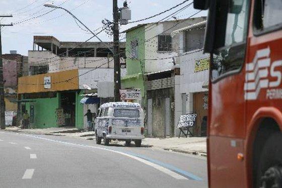 Carro estacionado na Faixa Azul da Rua Cosme Viana - Recife FOto - DP/D.A.Press
