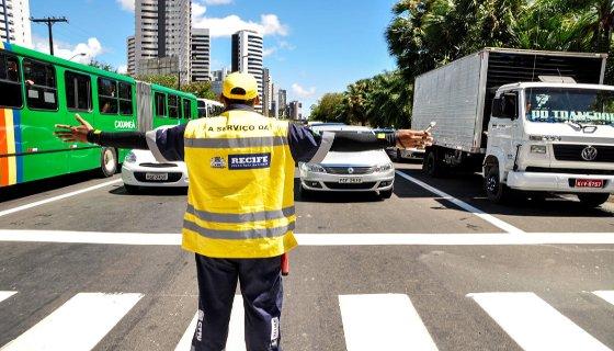 Monitor de trânsito na Avenida Mascarenhas de Moraes, Zona Sul do Recife. Foto - José Alves/PCR