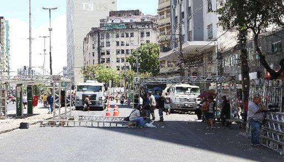 Montagem de palanques e arquibancadas na Avenida Dantas Barreto para o desfile do Galo da Madrugada - Foto Júlio Jacobina D.A.Press