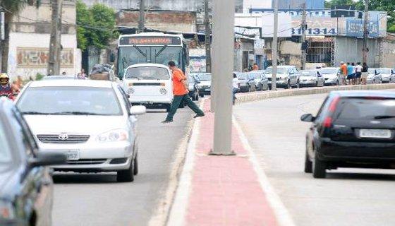 Pedestre atravessando foram da faixa  Foto - Alcione Ferreira DP/D.A.Press