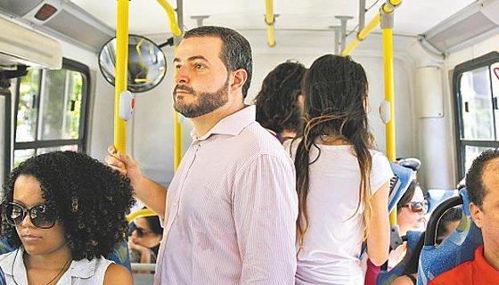 O assessor parlamentar Felipe Moura prefere ir ao trabalho de ônibus Foto Blenda Souto Maior DP/D.A.Press