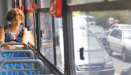 A funcionária pública Moriseta Silva deixa o carro em casa e usa o ônibus para ir ao trabalho Foto - Blenda Souto Maior DP/D.A.Press