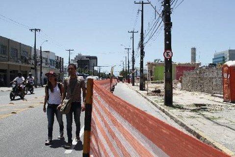 Obras do corredor Norte/Sul na Avenida Cruz Cabugá atrapalhham mobilidadde do pedestre Foto Alcione Ferreira DP/D.A.Press