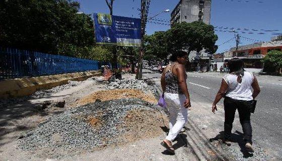 Obras de drenagem e melhoria das calçadas na Rua Princesa Isabel, no Recife, deixam os pedestres na rua - Foto - Alcionne Ferreira DP/D.A.Press