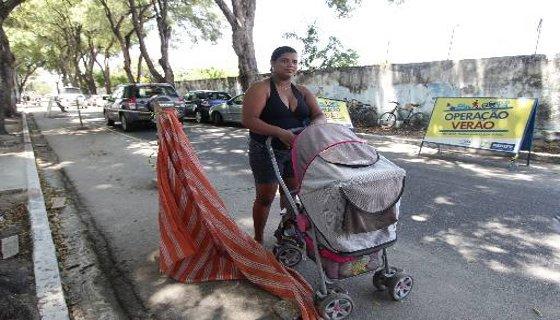 Pedestre ujsa a rua para conseguir passar com o carrinho de bebê na Rua Marquês do Pombal, Santo Amaro - Foto - Alcione Ferreira DP/D.A.Press