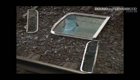 Portas e janelas do metrô são alvos mais comuns dos vândalos - Foto - reprodução/TV Clube