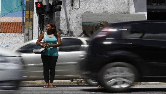Pedestre atravessando na faixa com sinal vermelho Foto Blenda Souto Maior DP/D.A.Press