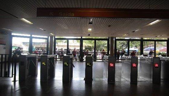 Estação do metrô de Camaragibe fechou as portas durante tumulto para evitar depredações Foto Joana Calazans DP/D.A.Press