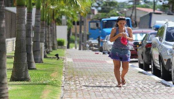 Calçada construída com recuo para plantio de árvores, em Poço da Panela, segundo a Lei dos 12 Bairros - Recife - Foto Paulo Paiva DP/D.A.Press