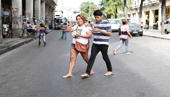 Pedestre digita mensagem no celular em plena travessia Foto Alcione Ferreira DP/D.A.Press