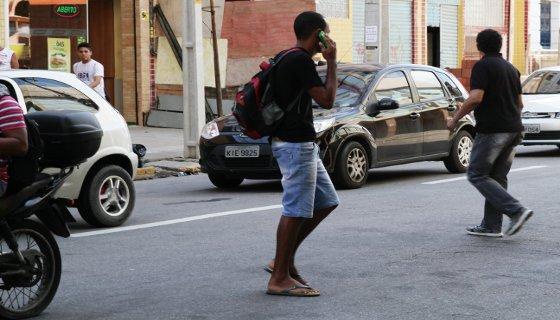 Aumenta o risco de acidentes para pedestre que fazem travessia falando ao celular Foto - Alcione Ferreira DP/D.A.Press