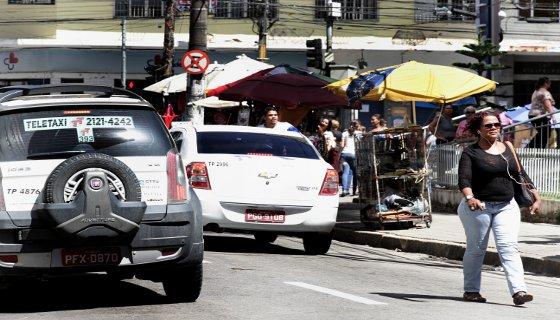 Pedestre caminha com fone no ouvido pelas ruas do Recife Foto - Alcione Ferreira DP/D.A.Press