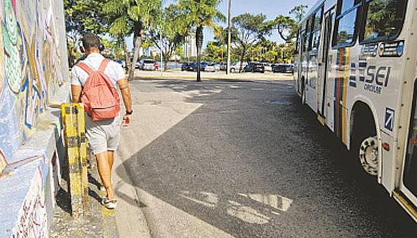 Calçada some na Rua João Lyra esquina com a Aurora no Centro do Recife Foto - Gulherme Veríssimo DP/D.A.Press