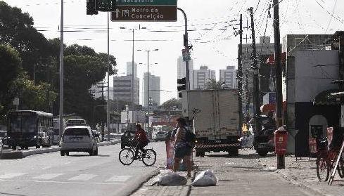 Trecho requalificada da Avenida Norte em 2008 ainda apresenta problemas de controle urbano Foto- Blenda Souto Maior DP/D.A.Press