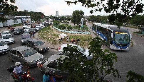 Girador da PE-15 engarrafa e atrapalha o tráfego na PE-15 e saída dos ônibus no terminal - Foto - Paulo Paiva DP/D.A.Press
