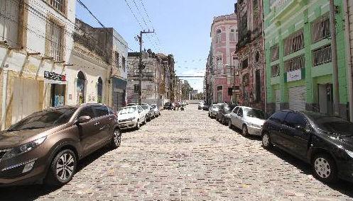 Muitos carros passam o dia nas ruas do Recife, sem rotatividade Foto - Allan Torres DP/D.A.Press