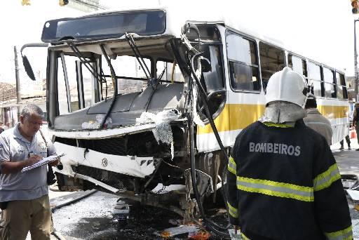 Acidente com ônibus que ultrapassou sinal vermelho e bateu em um caminhão-pipa, no Recife